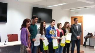 Alumnado ganador del IES María Galiana con la Vicedecana Antonia Jiménez y el Vicerrector Antonio Herrera